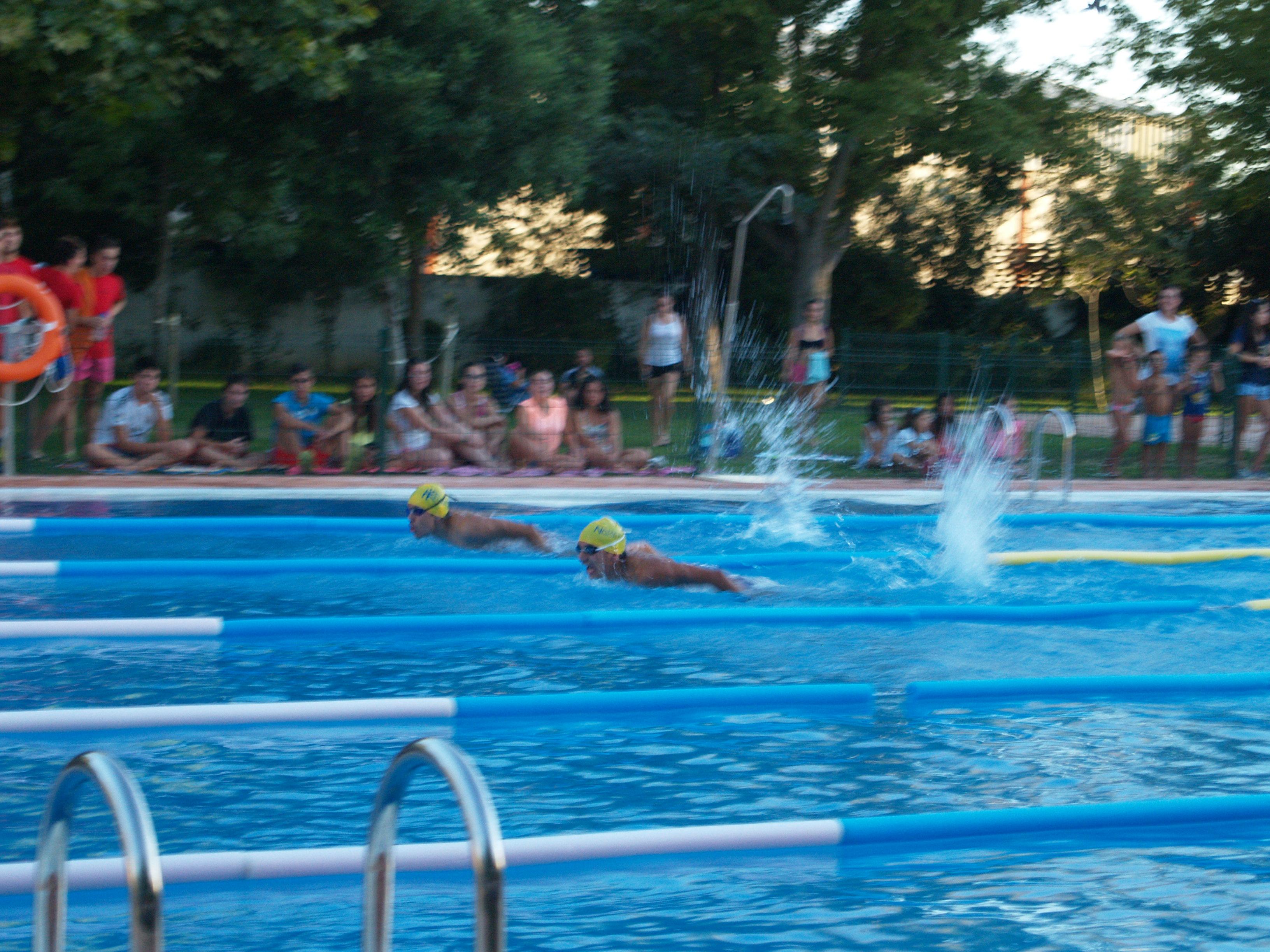 Convocadas tres plazas de socorristas para la piscina for Piscina municipal caceres